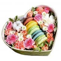 Цветы и пирожные Макарони в коробке «Для тебя»