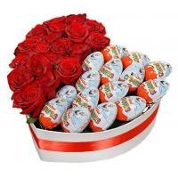 """Розы в коробке с Киндер Сюрпризом """"Сладкая Любовь"""""""