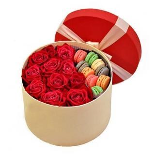 Розы и пирожные Макарони «Сладкий Привет»