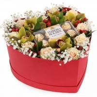 Цветы в коробке с «Ferrero Rocher»